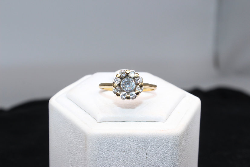 A 9ct gold ring, size Q, weighing 2.7g