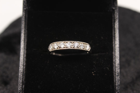 A 18ct gold diamond ring, size R, weighing 3.4g