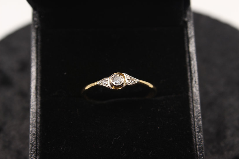 A 18ct gold diamond ring, size r, weighing 2g