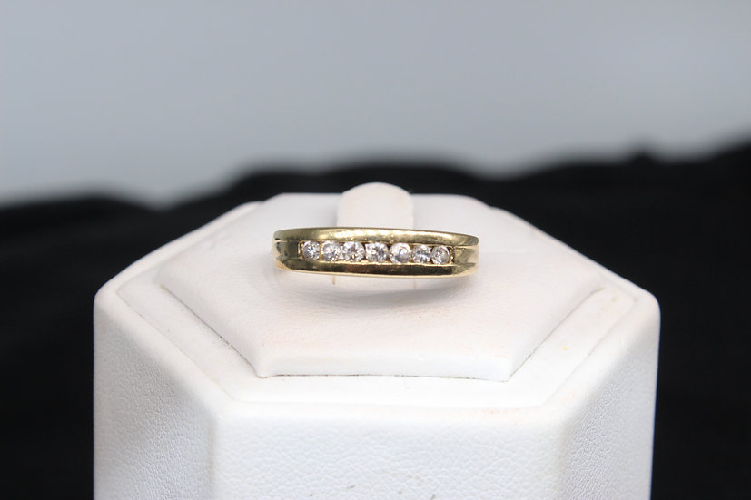 A 9ct gold ring, size M, weighing 2.6g