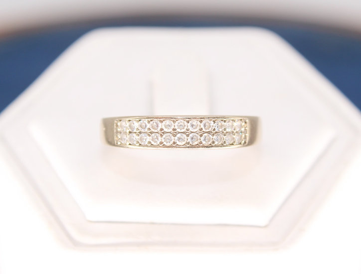 A 9ct gold ring, size S, weighing 1.9g