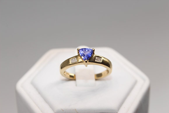 A 18ct gold diamond ring, size P, weighing 4.1g