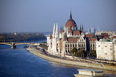 Budapest_Parliament_Building_on_the_Danu