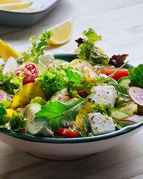 Färsk grön sallad med fetaost