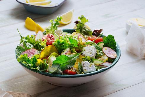 Frischer grüner Salat mit Feta