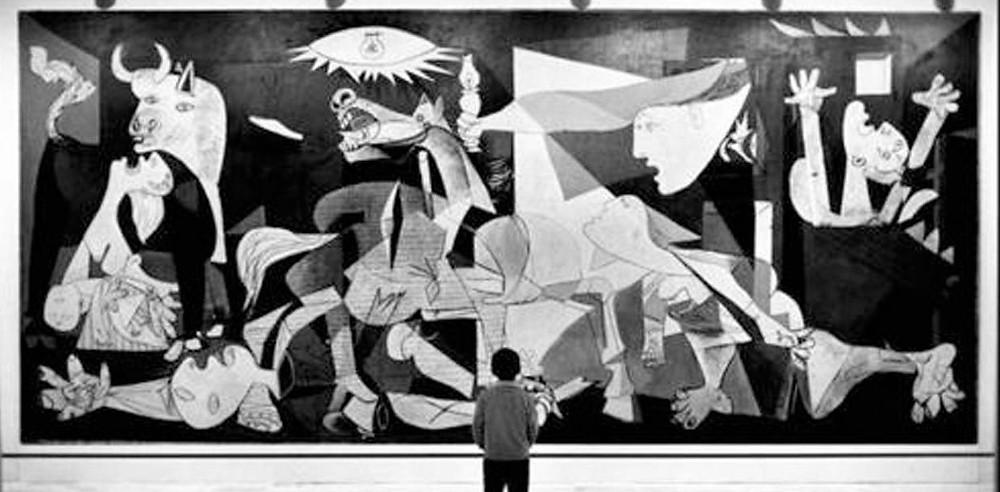 Guernica tablosunun önünde bir çocuk.