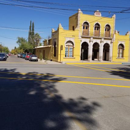 Pintan cruceros peatonales en centro Histórico de Casas Grandes