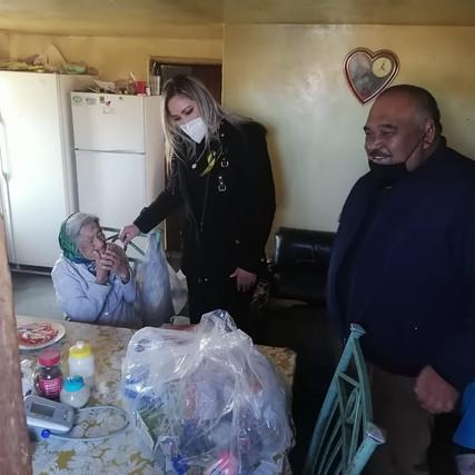 ENTREGA ALCALDESA DE CASAS GRANDES APOYO A PERSONAS DE LA TERCERA EDAD EN ENRÍQUEZ