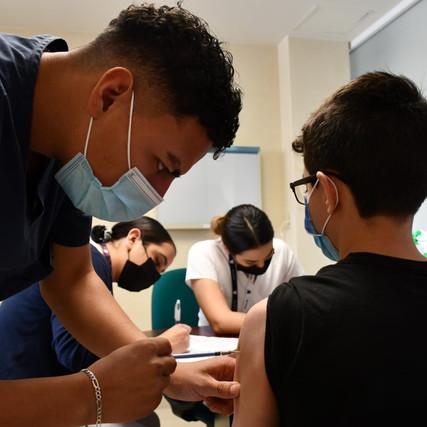 Aplica Secretaría de Salud vacuna COVID-19 a adolescentes con comorbilidades en seis sedes