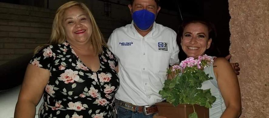 Candidato de PRD PAN lleva serenata y festeja a mamás de Nuevo Casas Grandes.