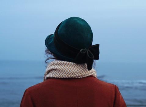 Mujer mira al mar - Clara Esmoris
