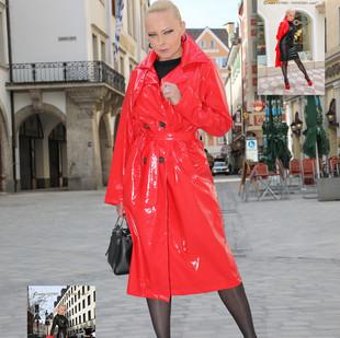 Roter Lackmantel und rote Lack High Heels
