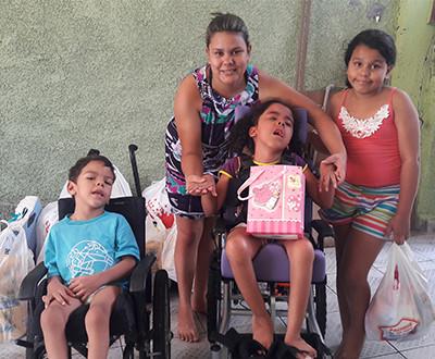 Descrição da imagem: Rayssa está ao lado de seus irmãos e sua mãe.