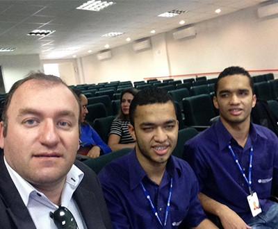 selfie feita por Oswaldo Barbosa, Superintendente do Instituto Ester Assumpção. Ele está ao lado dos irmãos Romário e Ricardo Fot.