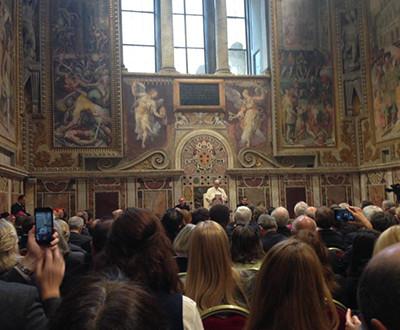 Descrição da imagem: os participantes estão no Vaticano e o Papa Francisco está no centro da foto.