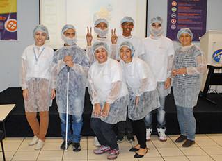 Aprendizes do Instituto Ester Assumpção visitam fábrica da Arcor
