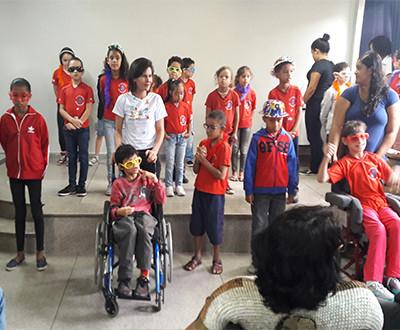 Descrição da imagem: crianças se apresentam.