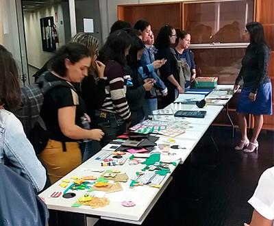 Participantes observam os materiais que uma sala de recurso pode oferecer.