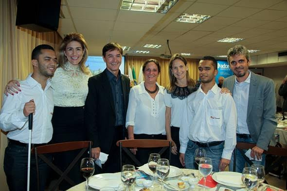 Descrição da imagem: equipe do Instituto Ester Assumpção e associados da ADCE estão de pé sorrindo.