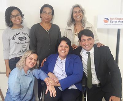 cinco mulheres da equipe do Instituto Ester Assumpção estão sorrindo ao lado do Dr. Luis Renato Pinheiro, que também sorri.