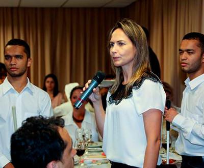 Ana Flávia, coordenadora de Pesquisa e Projetos do Instituto, está com o microfone na mão. Ela está entre Ricardo e Romário Fot, assessores de Projetos.