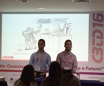 Descrição da imagem: Ricardo e Romário estão se apresentando.
