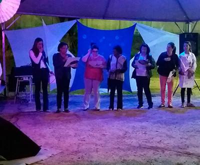 Ieda Marisa Trindade, Analista de Pesquisa e Projetos do Instituto Ester Assumpção, representou o Instituto. Ela está de pé (ao lado de outras mulheres) falando ao microfone.