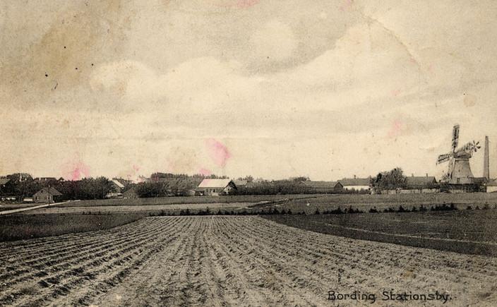 B110.jpg Postkort fra Bording Stationsby med møllen i billedets højre side