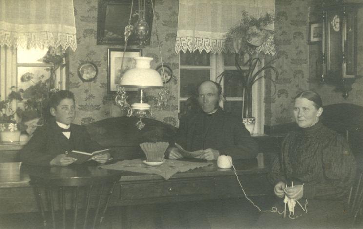 """B574 Familiefoto fra gården """"Rom"""" i Isenvad. Billede fra 1910 - 1915 Måneds"""