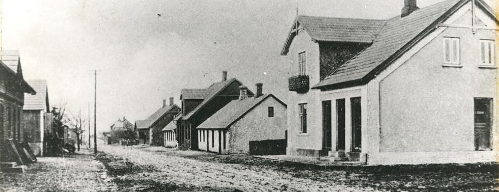 B44 Forrest til højre maler Chr. Nielsens isenkramforretning, Bredgade 9