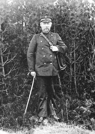 B1 Postbud Laust Pedersen, Bording i uniform og med posttaske.
