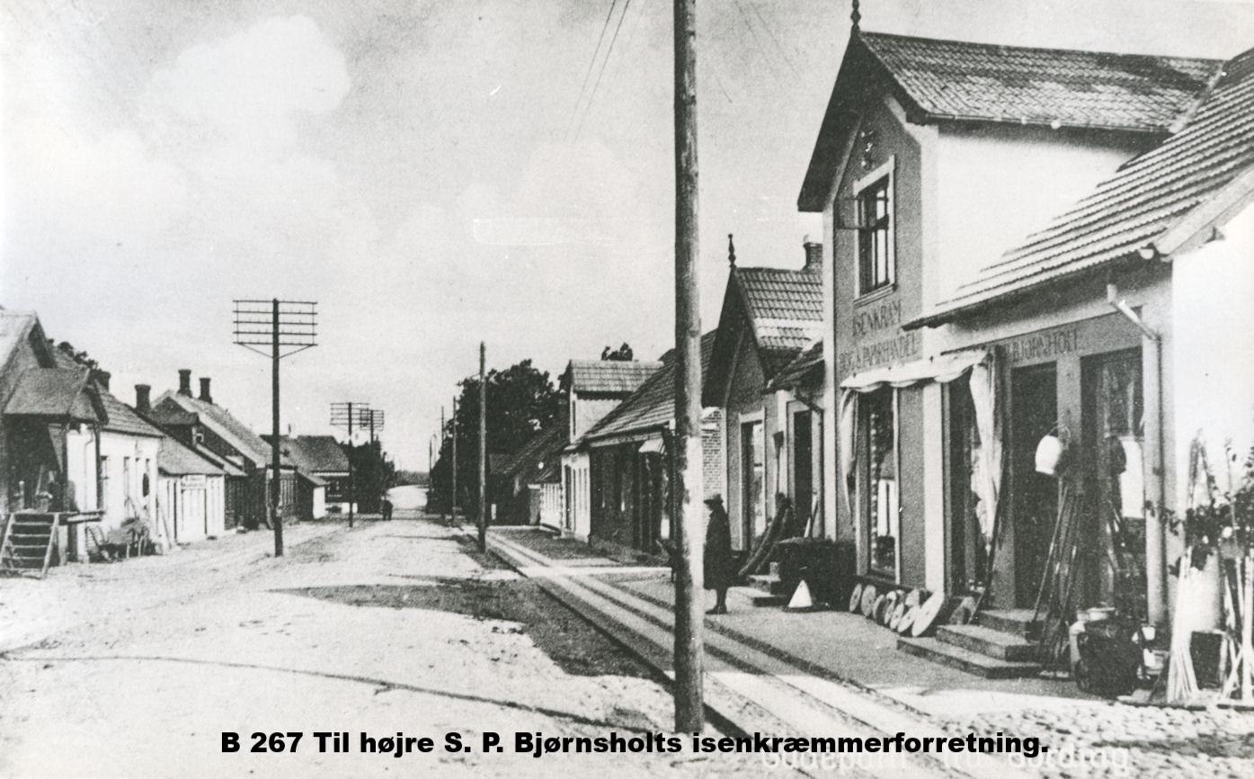 B267 Til højre S. P. Bjørnsholts isenkræmmerforretning.