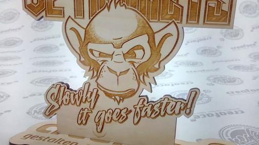 V2 Monkeys Holzpräsent
