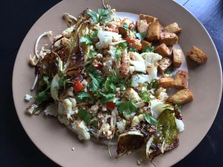 Bloemkoolnasi met gebakken tofu en geroosterd bloemkoolblad