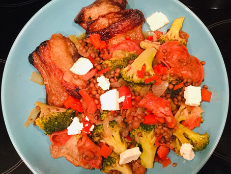 Warm en voedzaam, linzen met broccoli, chorizo en buikspek