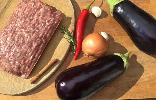 Zomerse schotel van aubergine, gehakt, kaneel en ruim olijfolie