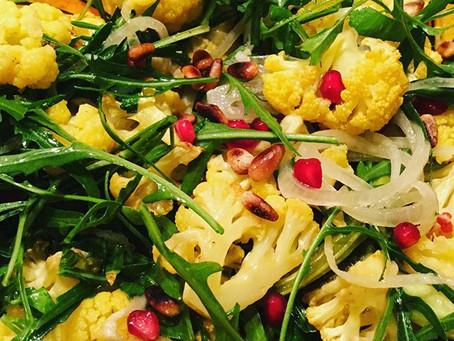 Salade met geroosterde bloemkool, bloemkoolblad en granaatappelpitten, verrassend lekker!!!