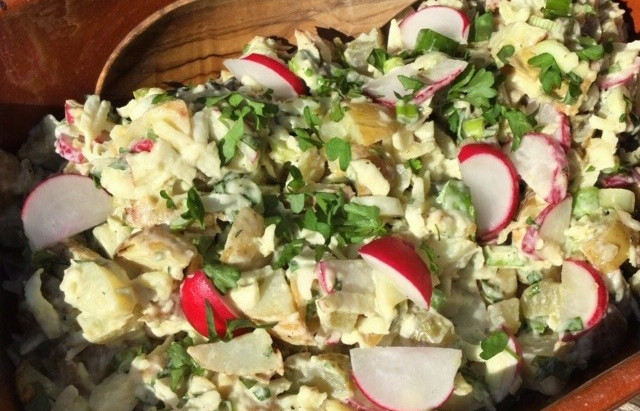 Klassieker bij de bbq: aardappelsalade! Lekker zomers met radijsjes, bosui en lavas