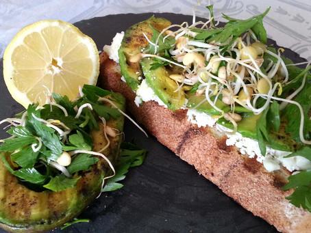 Izgara avokadolu, mikro herkül salatalı açık sandviç