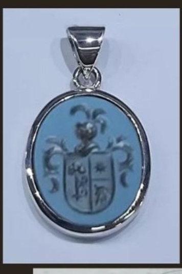 Colgante de plata de ley ovalado, con escudo grabado en ágata