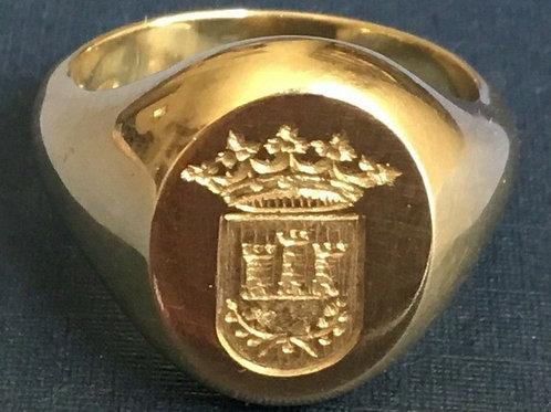 Anillo  de oro macizo 18 Kl. con escudo grabado a buril 16x12 mm. 17 gr.