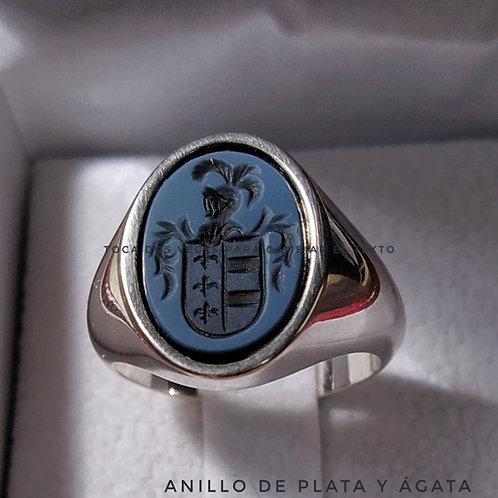 Anillo de plata de Ley con escudo grabado en ágata  14X10 mm.