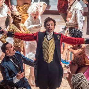 Review: Flashy songs outshine story in THE GREATEST SHOWMAN