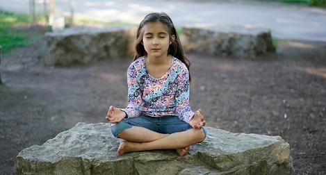 niña meditando.png