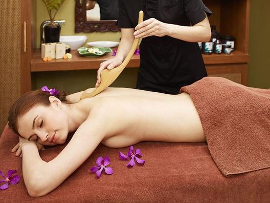 Femme qui reçoit un massage Hinokibo à Fribourg