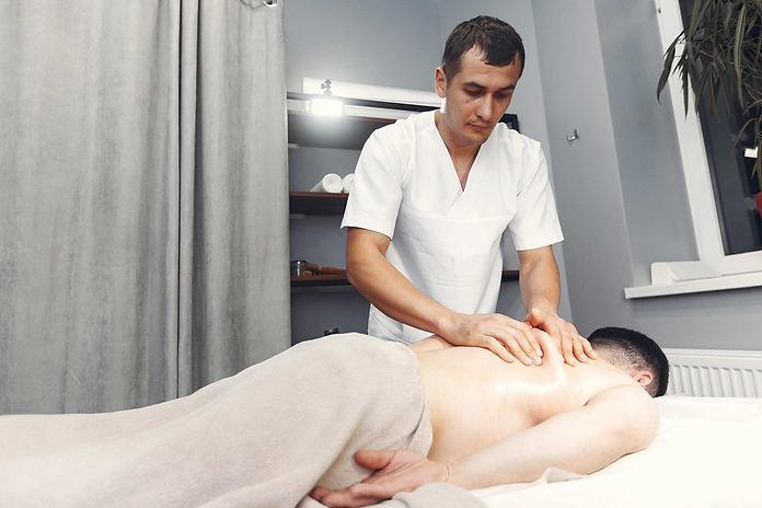 Sportif allongé qui reçoit un massage sportif