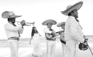 Novia y mariachi