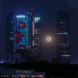 Luna entre edificios