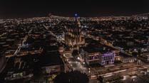 Autor: Jesús Flores IG: @jfstudios  El Museo de las Artes de la Universidad de Guadalajara  y la zona centro de la perla tapatía, en una apacible noche desde las alturas.