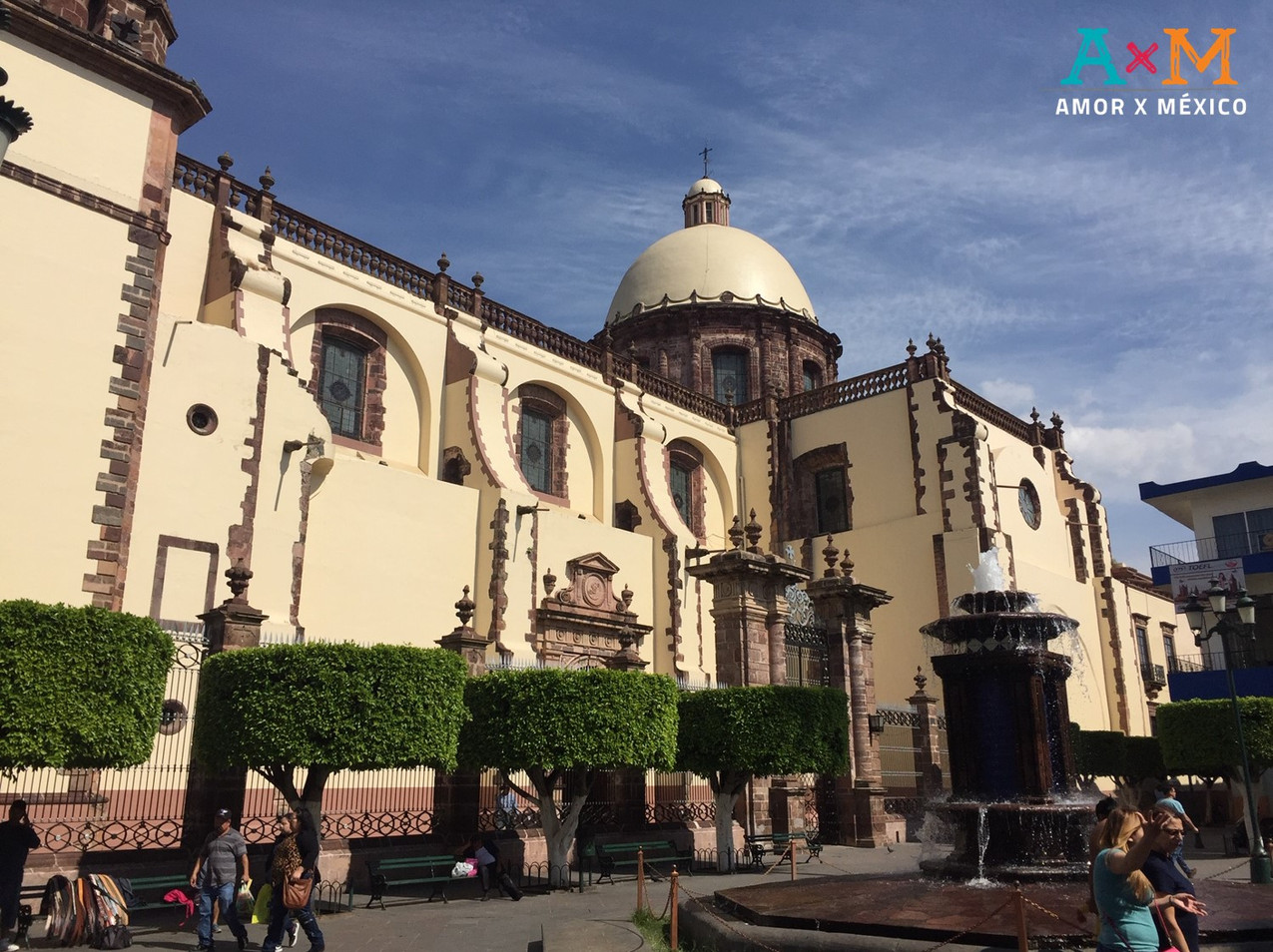 Fachada lateral de la Catedral de Zamora, frente al mercado de dulces
